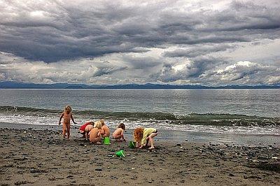 ninos-jugando-playa