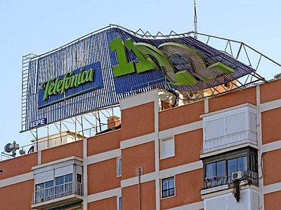 cartel-publicitario_derribado-viento