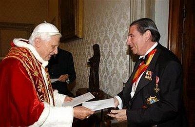Paco Vázquez presentando cartas crdenciales como embajador en el Vaticano (Protocolo.com 060520)